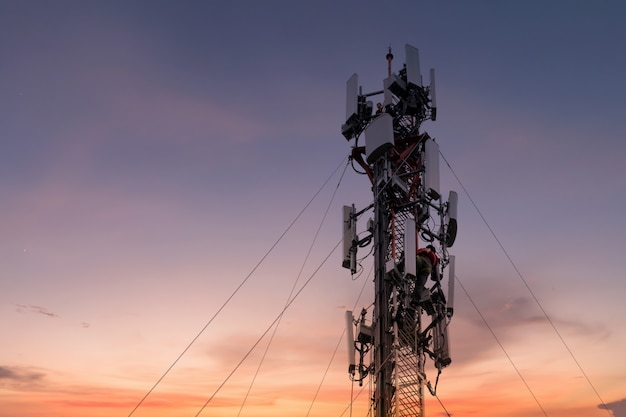 Ingenieur of technicus werken aan hoge toren