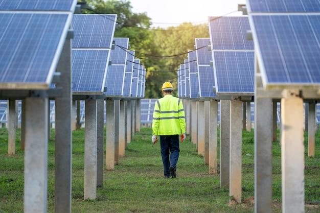 Ingenieur om het zonnepaneel in zonnepanelen te inspecteren.