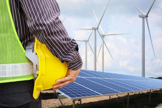 Ingenieur op de bouwplaats van zonnepanelen en windenergiecentrales