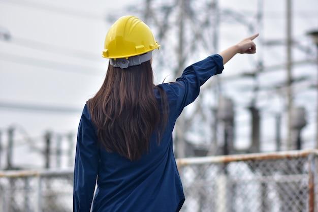 Ingenieur staande wijzende handen in de lucht aantonen doelen en succes, vrouwelijke ingenieur holding hand succes projectconcept goed gedaan