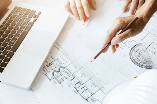 Ingenieur vergadering voor architectonisch project ▶ orking met partne
