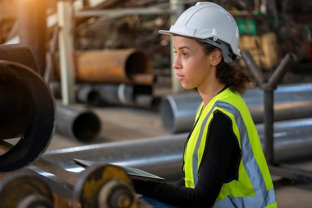 Ingenieur vrouwen in beschermende uniform praktisch werk in de fabriek.