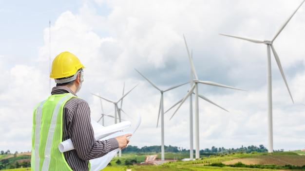 Ingenieur werknemer bij windturbine krachtcentrale bouwplaats