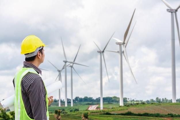 Ingenieur werknemer op de bouwplaats van de windturbine krachtcentrale