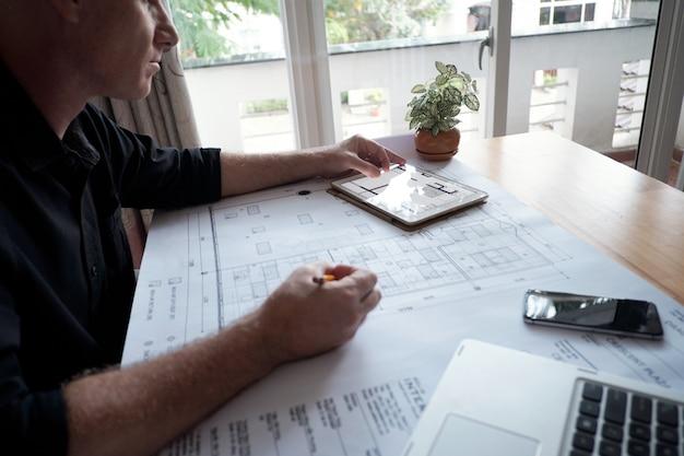 Ingenieur werkt aan project
