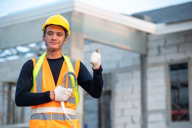 Ingenieur werkt in structuur bij het gebouw in aanbouw.
