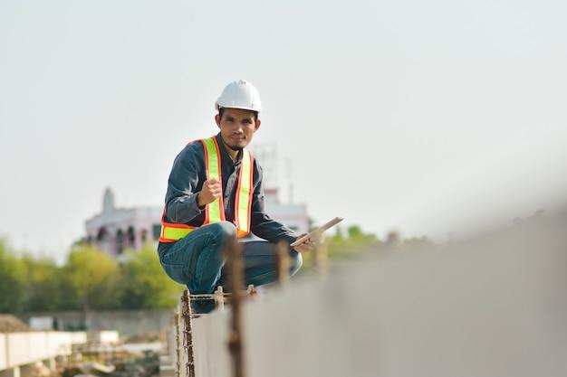 Ingenieurinspecteur ter plaatse constructie door tablettechnologie