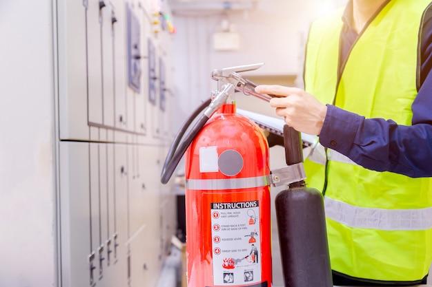 Ingenieurinspectie brandblusser in controlekamer.