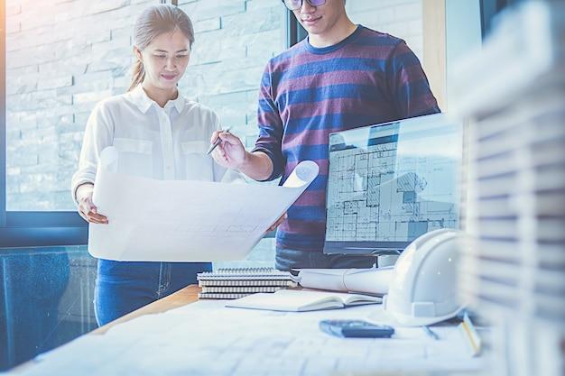 Ingenieurontwerp die aan blauwdruk het concept van de planning werken.