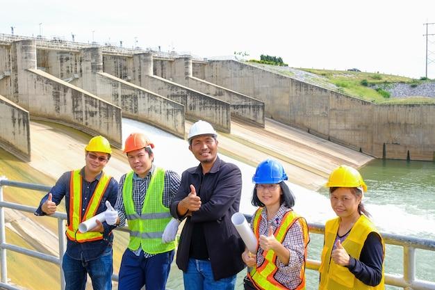 Ingenieurs controleren dammen op zonne-energie.
