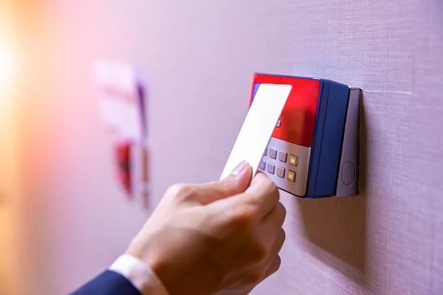 Ingenieurs die een sleutelkaart gebruiken om hun identiteit te verifiëren voor toegang tot de beveiligingsruimte.