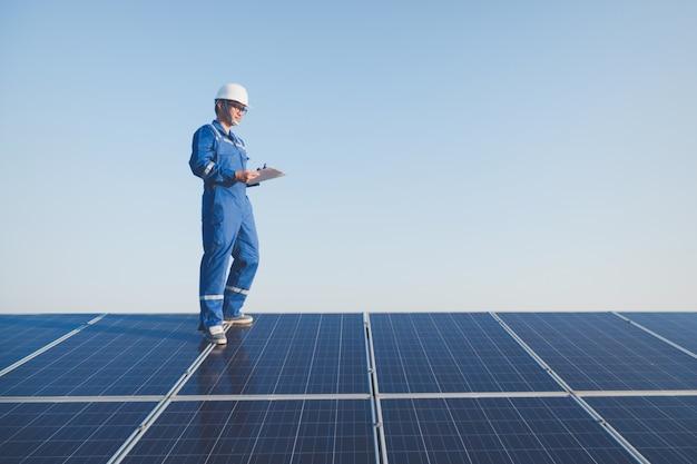 Ingenieurs die en het genererende vermogen van zonnecentrale op zonnedak in werking stellen controleren