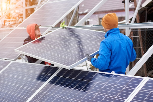 Ingenieurs die in de winter zonnepanelen installeren