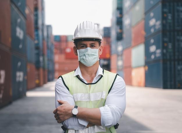 Ingenieurs dragen maskers, coronavirus of covid kunnen zich gemakkelijk verspreiden zonder masker. in quarantaine geplaatste gemaskerde werknemers beschermen de verspreiding van virussen.