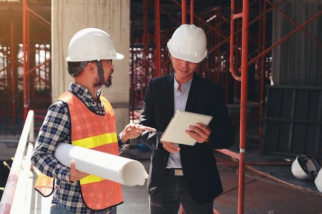 Ingenieurs leggen de voortgang van het bouwproject uit aan investeerders.