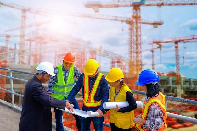 Ingenieurs meeting voor succesvolle projectconstructie