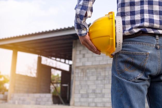 Ingenieurs of aannemers die werken op bouwplaatsen.