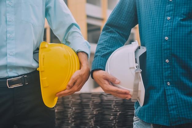 Ingenieurs op de bouwplaats met helm