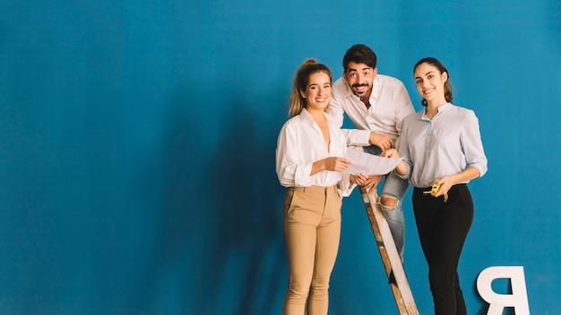Ingenieurs poseren op ladder