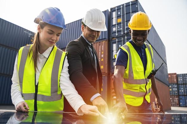 Ingenieurs van zonne-energiecentrales op het dak en technicusteam reparatie en onderhoud van zonnepaneel