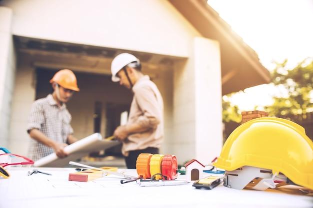Ingenieurs zijn van plan om het constructie maken samen te voltooien