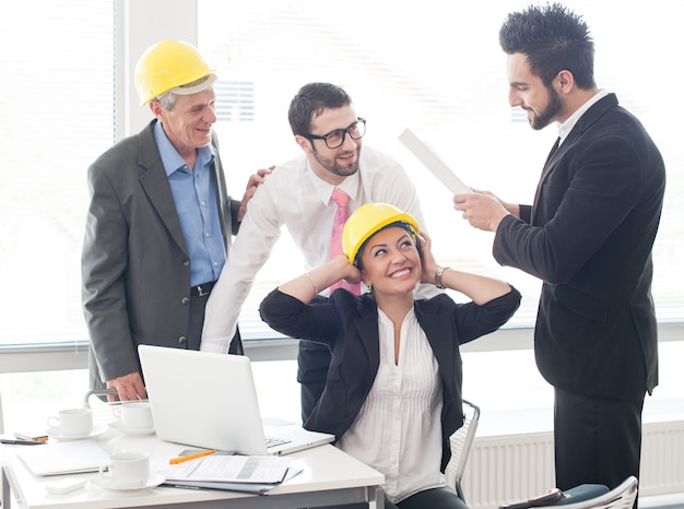 Ingenieursbureau met senior en jonge architecten werken aan nieuw project