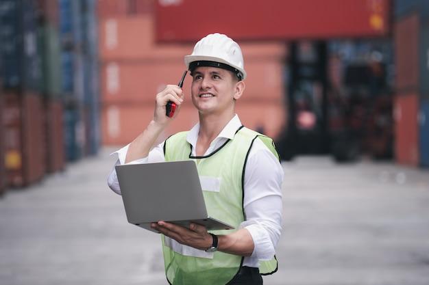 Ingenieurscontrole laden containerbox van vrachtvrachtschip import export