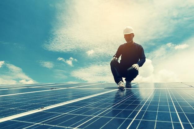 Ingenieursteam werkt aan vervangend zonnepaneel in zonne-energie