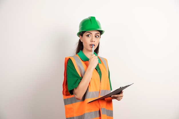 Ingenieursvrouw die zakelijk papier en potlood vasthoudt. hoge kwaliteit foto