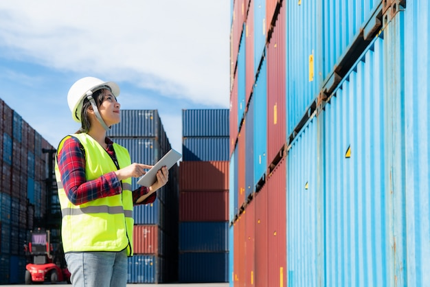Ingenieursvrouw of foreman-manager in containerdepot