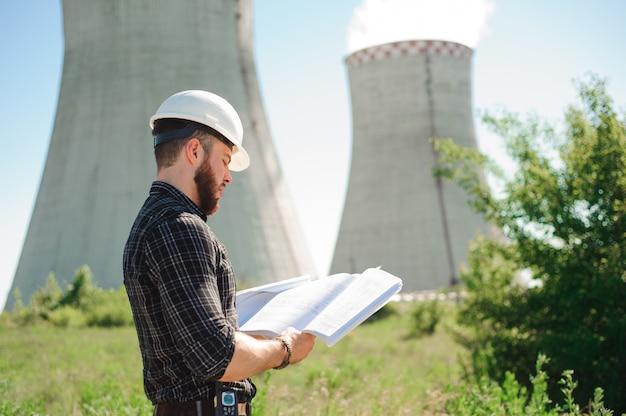 Ingenieurswerk in de energiecentrale, controleer de informatie op papier.