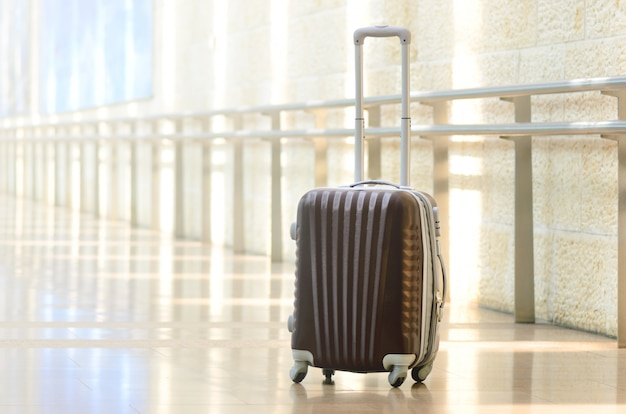 Ingepakte reiskoffer, luchthaven. zomervakantie en vakantie concept.