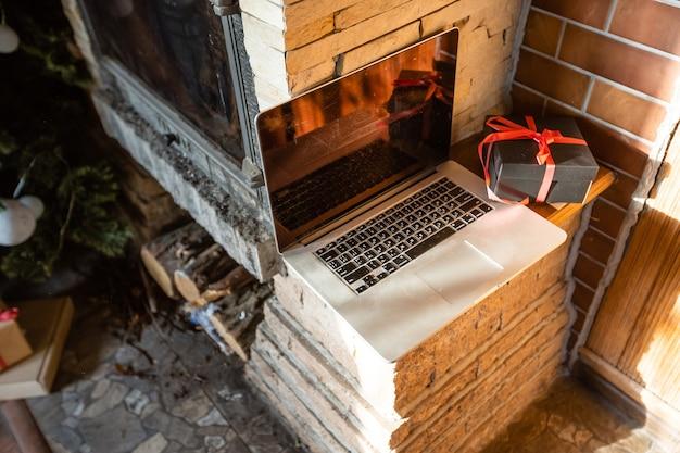 Ingericht voor nieuwjaarskamer geen mensen laptop met kleine geschenkdozen close-up in een oud houten huis