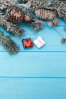 Ingerichte houten achtergrond met kerstboomtakken.