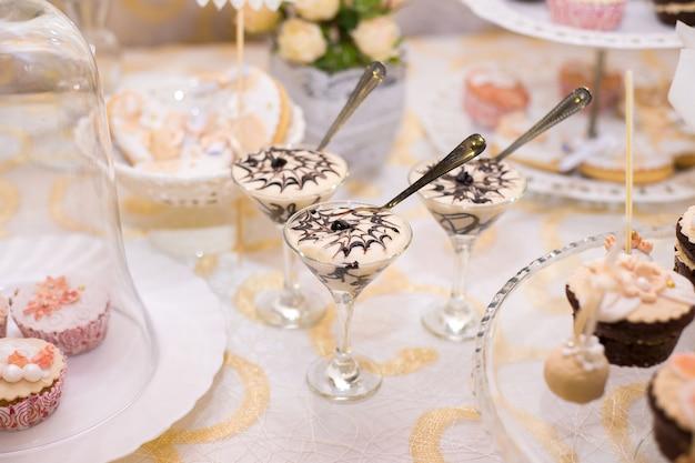 Ingerichte room soufflé in glazen op tafel voor snoep