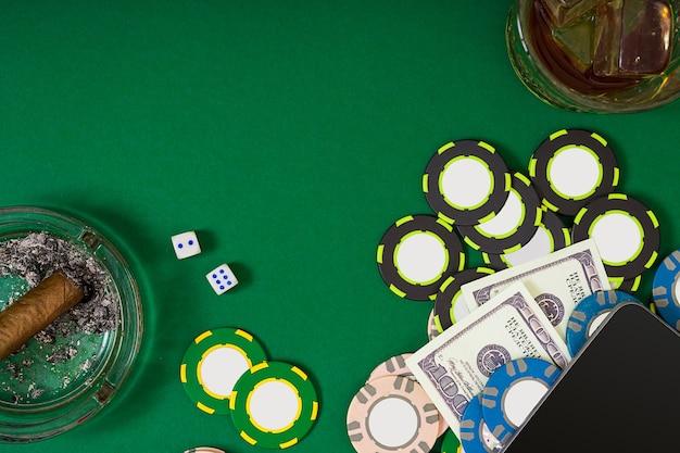 Ingesteld om poker te spelen met kaarten en chips op groene tafelbladweergave