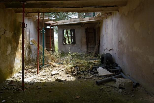 Ingestort dak in antigua, in typische rustieke boerderij, verlaten, gebroken en oud in puin, gestut met stutten, mallorca spanje.