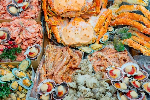 Ingevroren garnalen en oesters.
