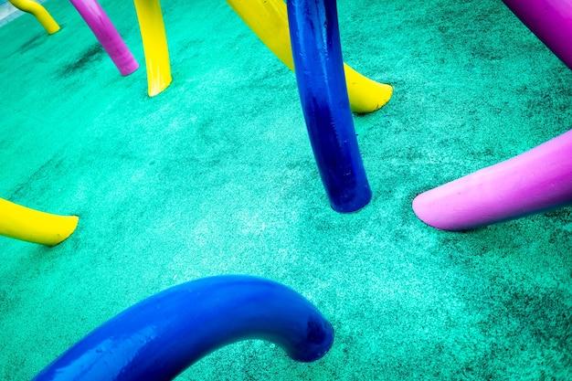 Ingewikkelde achtergrond met gebogen abstract gekleurde buizen.