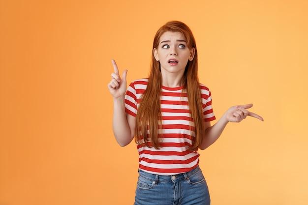Ingewikkelde ondervraagde roodharige vriendin probeert te begrijpen wat er gebeurt, welke kant op, kijk om je heen...