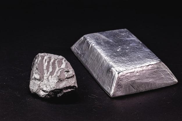 Ingots en metalen staaf naast metaalerts, materiaal dat wordt gebruikt in de algemene industrie