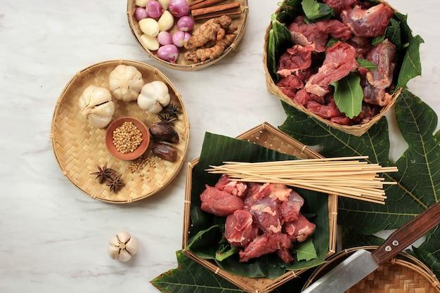 Ingrediënt maken van indonesische sate, rundvlees of vlees, bamboestok en specerijen. saté of saté is populair straatvoedsel in indonesië, meestal gemaakt van lam, rundvlees of kip