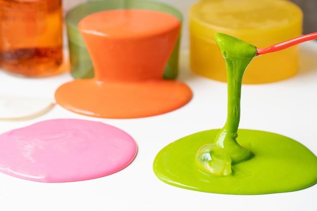 Ingrediënt van chemische slijm of goop. science experiment homemade toy for kids.