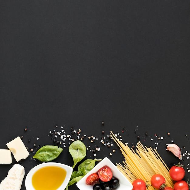 Ingrediënt van pasta tegen zwarte achtergrond