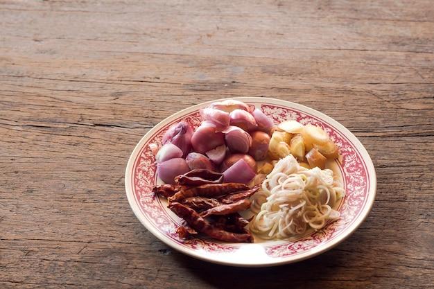 Ingrediënt van thaise pittige soep in mortel, rauw voedsel voor het maken van curry pasta