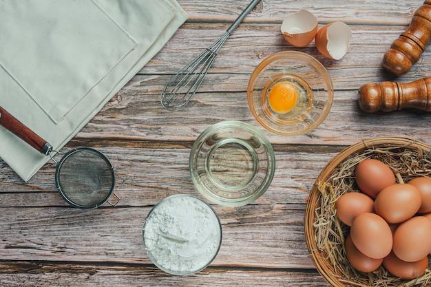 Ingrediënt voor bakken: bloem, ei, melk en deegroller, bovenaanzicht