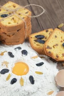 Ingrediënt voor het maken van taarten op een houten tafel.