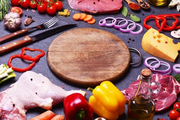 Ingrediënten alrededor de una tabla redonda de madera