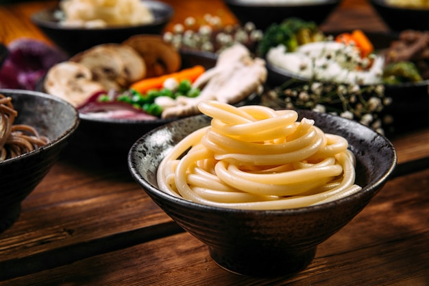 Ingrediënten die de aziatische noedels van keukenschotels koken
