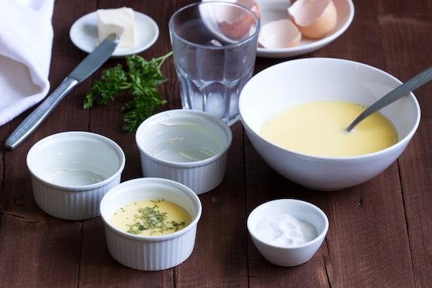 Ingrediënten en accessoires voor het maken van omelet. rustieke stijl.